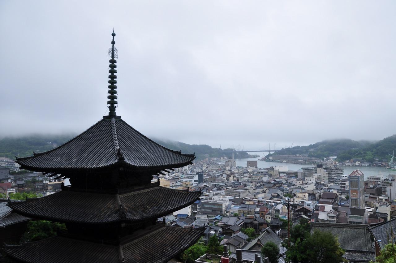 天寧寺三重塔付近から尾道水道を望む