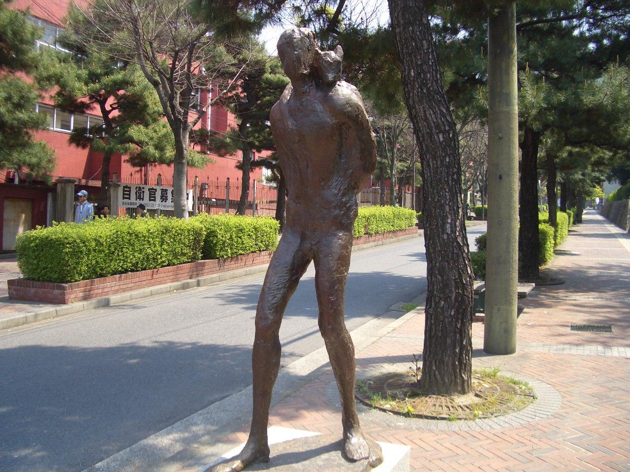 美術館通り彫刻‐帰る人